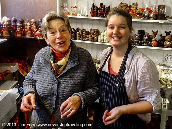 Foto Friday - two women in a chocolate shop