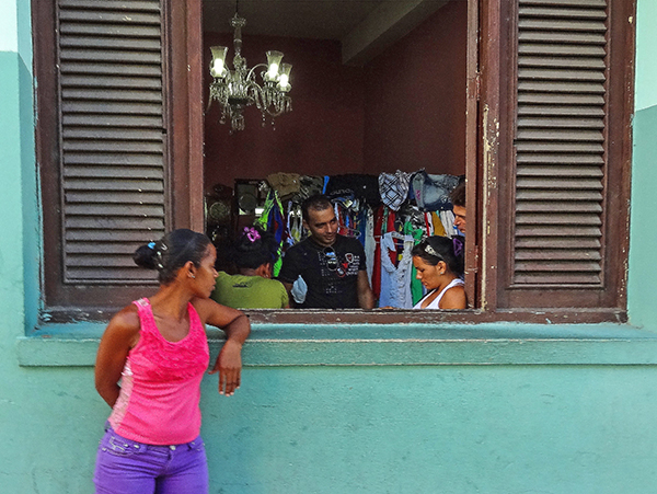 Foto Friday - A shop window in Santiago de Cuba