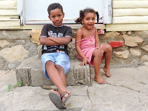 Foto Friday - A boy and his sister sitting on a stoop