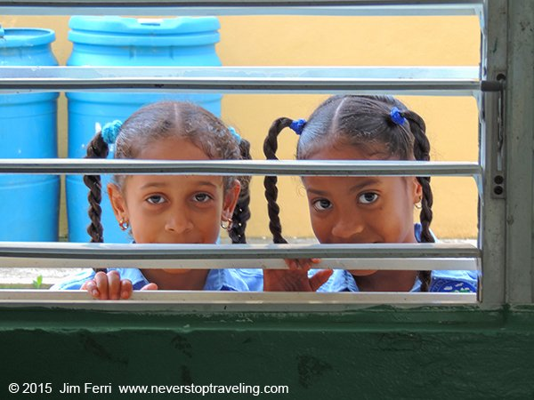 Dominican Republic-girls peeking in window-DSCN6322-cor--600