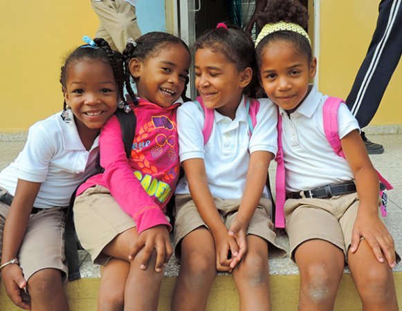 Dominican Republic-schoolgirls on stoop-DSCN6166--600