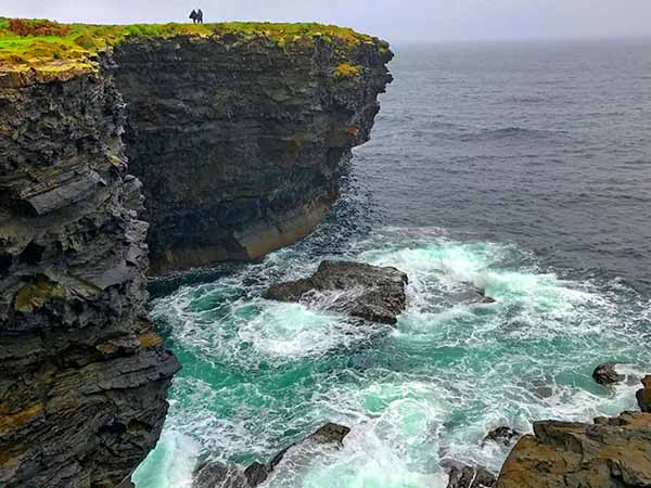 Foto Friday - people standing on a tall cliff about the ocean in Ireland