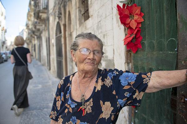 Italy-Siracusa-woman_DSC9823-600-B