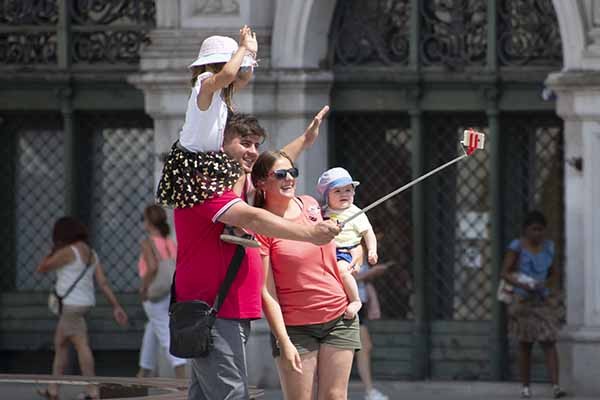 Foto Friday - a family taking a selfie