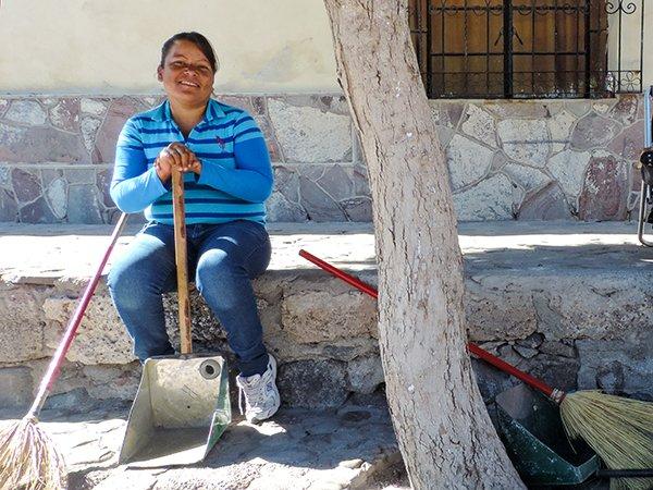 Mexico-Loreto-street-sweeper-DSCN1407.jpg