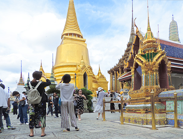 Foto Friday - people looking at a gold-covered temple in Bangkok
