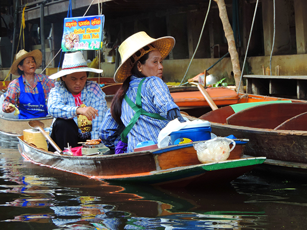 Foto Friday - women in a dugout in a floating market in Asia