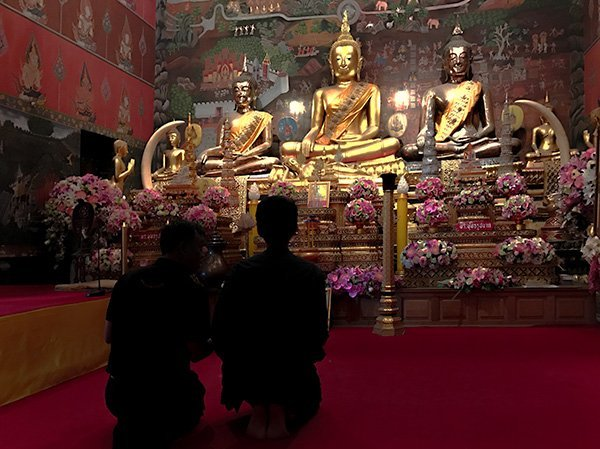 Foto Friday - Worshipers in frnt of a gold Buddah