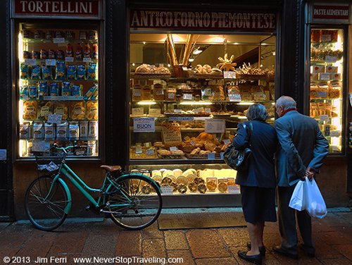 Foto Friday - people at a shop windown, Bologna, Italy