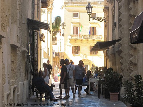 Foto Friday - people on a street in the afternoon in Lecce, Italy