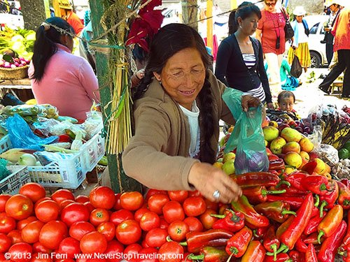 Foto Friday - people in an outdoor market, Cuenca, Ecuador