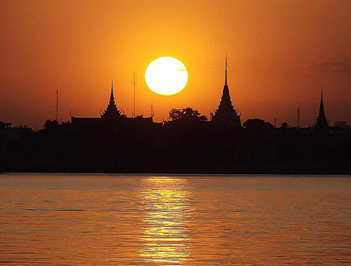 Sunset on the Tonle Sap River / photo: Lucas-Torres