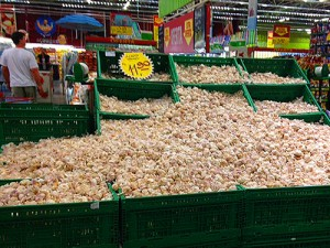 Garlic bins in a local grocery store in Rio / photo: Donna Manz