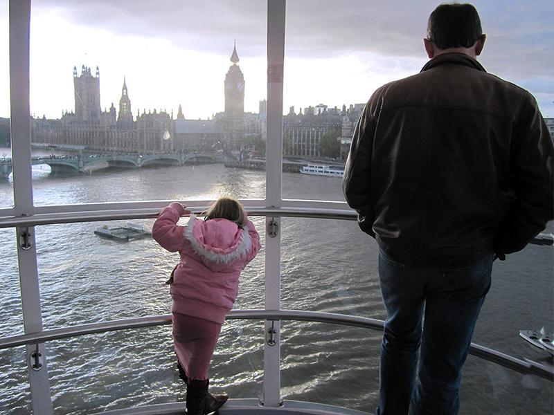 girl looking at teh skyline of London