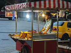 A cooked corn cart in Sultanahmet in Istanbul