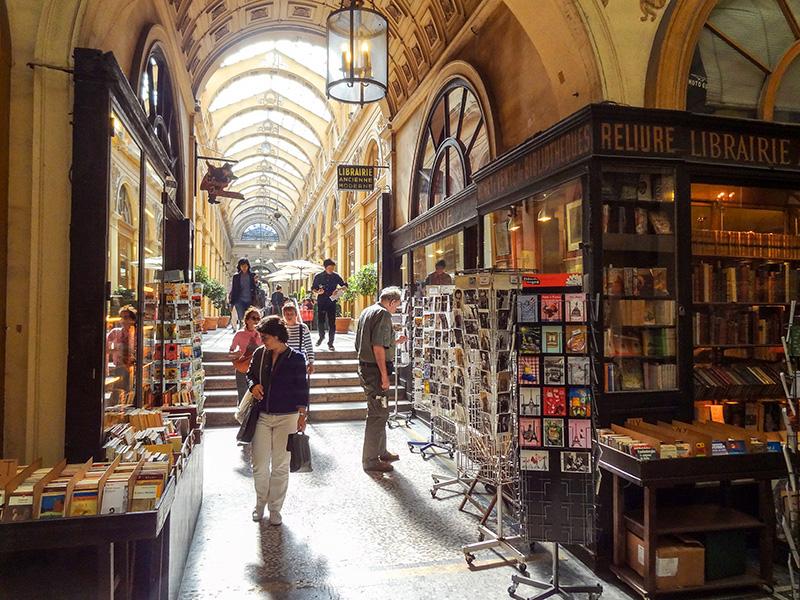 people shopping during walks in Paris