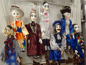 marionettes in a shop - berlin to prague train